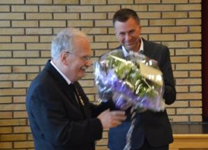 Direktør Jan Roger Olsen ga gode ord og blomster