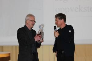 Foredragsholder Arne Klyve blir takket av Kjell Adolfsen.