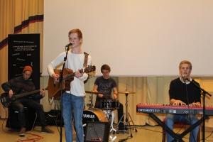 Elever fra musikklinjen på Vågsbygd vdg.skole klarte å fange oppmerksomheten til publikum.