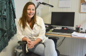 Rusomsorgen i Bamble er på offensiven. Leder Gitte Westlund forteller om to nye kurs de setter i gang denne høsten. Både hasjavvenningskurs for unge voksne og pårørendekurs er på trappene. (Foto: Tom B. Hansen)